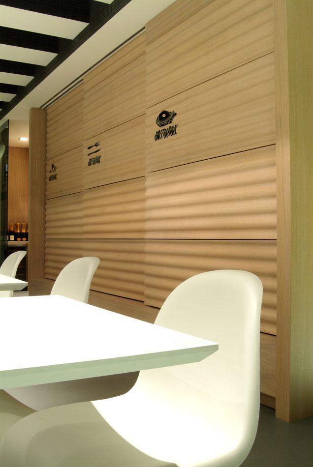 Marogna-Arredamenti-interni-commerciale-parete-legno